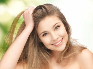 Frau mit Glatt gemachten Haaren