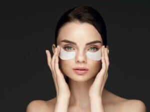 Frau behandelt ihre Augenringe