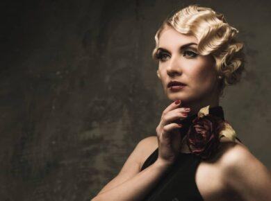 Elegante Frau mit Wasserwellen Frisur